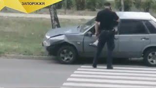 """""""Бува й таке!"""" Випуск №35 - В Запоріжжі чоловік тікав від патрульних та застряг у вікні машини"""