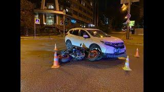 З місця події: У Києві на Коновальця дорогу не поділили мотоцикліст з автомобілісткою #НАЖИВО